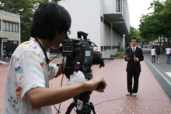 中継先のレポーターとカメラマン