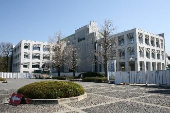 白い壁が芸大キャンパスをさらに明るく輝かせています!!