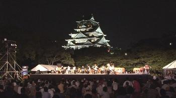光の中浮かび上がる大阪城、とってもロマンチック!