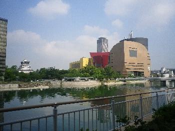 NHK北九州放送局と小倉城が近くにある北九州芸術劇場