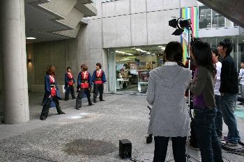 大勢の学生スタッフに囲まれて撮影される側も緊張・・・