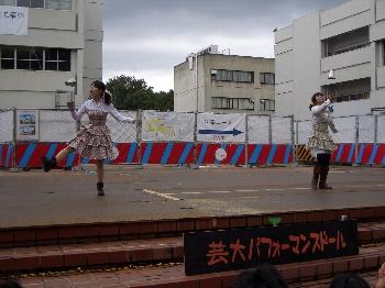 子供たちに大人気、大道芸のステージもあり!!