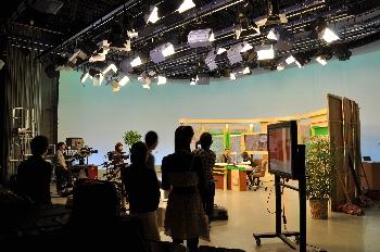 生放送の緊張感が漂うスタジオの空気に圧倒されそうです!!