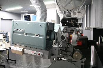 映写機を初めて生で見ました!!大きいですね!!