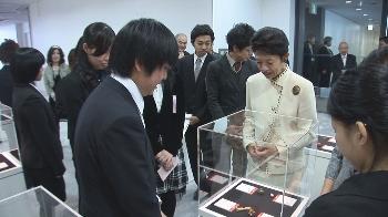 学生たちは妃殿下に作品制作での話をしました。