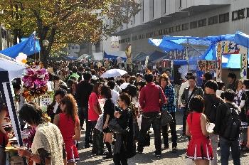 芸大キャンパスにはたくさんのお客さんで賑わっています!!