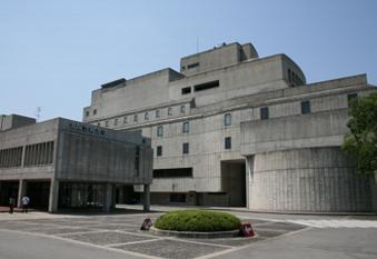 複雑に入り組んだ大阪芸術大学に鋭いメスを入れ、芸大の伝説を徹底的に究明する、『芸大レジェンド』