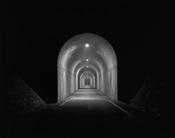 闇の中に写し出されたトンネルは、どこに繋がっているのか?